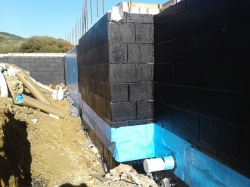 300mm wide reinforcing strip between concrete blocks and footing